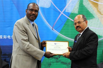 Dr Hamadoun Touré, ITU Secretary-General, gives the ITU medal and certificates to the Chairman of the ITU Council 2010, Mr R.N.